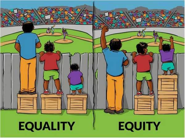 Barrierfreiheit. Kleine Kinder stehen auf einer Kiste und blicken ueber einen Zaun.