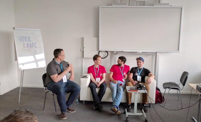 Vier WordPress-Menschen auf einem Sofa